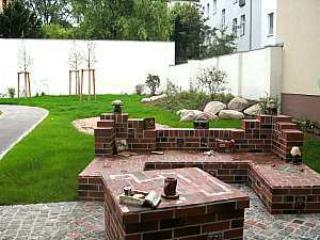 Small park just around the house, kleiner Park mit Sitzgelegenheiten und Spielplatz gleich nebenan