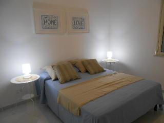 la camera da letto matrimoniale, arredi semplici ed essenziali