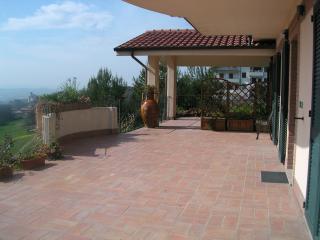 trilocale arredato terrazzo panoramico e giardino, Polverigi