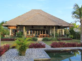 Kundalini Beachfront House 'Bagus' with priv cook, Seririt