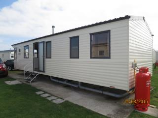 Ref 90023 Benacre 8 berth caravan at Kessingland Beach & dog friendly.