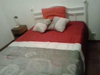 Chambre N°2 (le lit à été changé, ce n'est plus un lit en bois comme sur la photo suivante