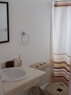 Baños con ducha y excelentes acabados