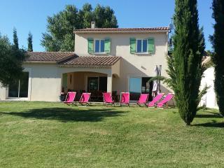 Maison provencale 12 personnes Tres comfortable Grand jardin  Piscine chauffee
