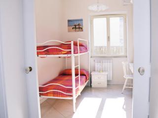 Camera da letto con letto a castello che diventa letto matrimoniale