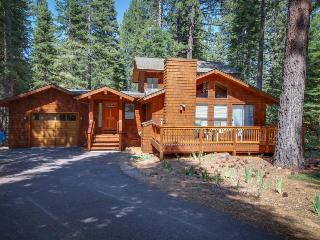 Private hot tub, rec center, free shuttle to skiing and more, Truckee