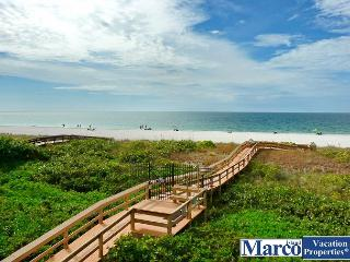 Stylish beachfront condo w/ hot tub, heated pool & panoramic ocean views, Marco Island