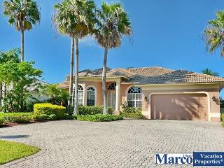 Exquisitely decorated waterfront home w/ heated pool & hot tub, Marco Island