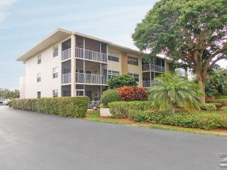 Cute condo just steps from the pool & across the street from beach access!, Isla Marco