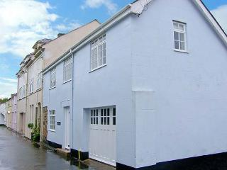 THE OLD COACH HOUSE, three bedrooms, summer room, enclosed patio, walking distance to beach in Beaumaris, Ref 928591