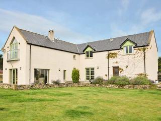 STRATHNAVER, woodburning stove, hot tub, private garden, off road parking, in Ki