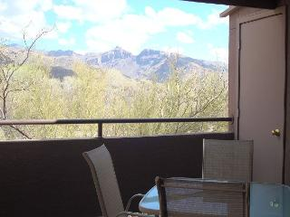 1 Bedrm/Den Located close to 2 pools/spa and Mountain Views from Patio