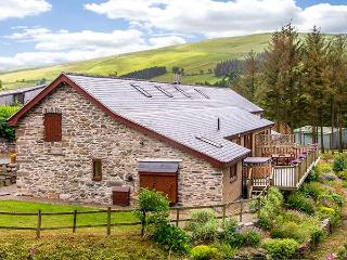 YSGUBOR, all ground floor, woodburner, hot tub, off road parking, garden, in Llangollen, Ref 921436