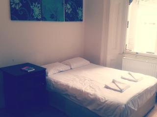 Studio flat in Bayswater, London