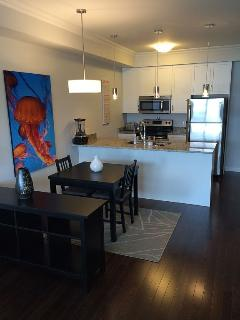Full kitchen, ss appliances, d/w, dining table for 4