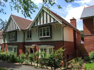 COVENT GARDEN COTTAGE, semi-detached cottage, en-suite, enclosed lawned garden,