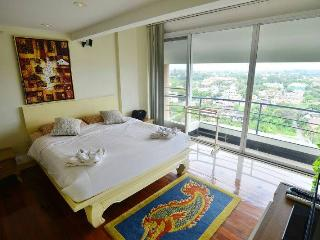 2BR Penthouse on topfloor in city