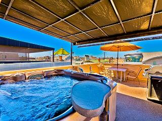 One of a Kind 2BR - Rooftop Deck & Jacuzzi-One Block to the Sand, Newport Beach