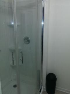 chambre de bain avec douche en coin // bath room with corner shower