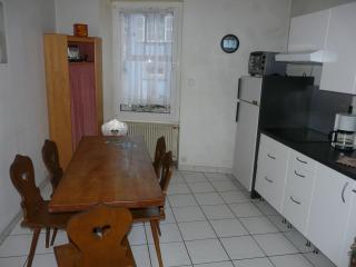 La cuisine équipee avec une table et 6chaise alsaciennes