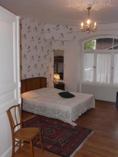 le grand lit de la chambre (160x200)