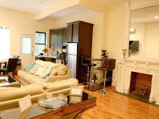 Luxury Full Floor Brownstone Apartment in Harlem, Nova York