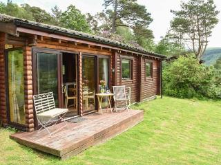 JURA, quality cabin with loch views, WiFi, deck, close amenities, Strontian Ref 22498