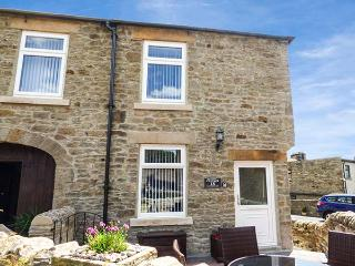 FUCHSIA COTTAGE, pet-friendly cottage with WiFi, woodburner, patio, in Middleton
