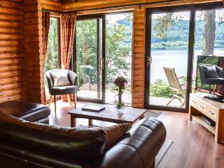 IONA, pet-friendly cabin with wonderful loch views, WiFi, wildlife, Strontian Ref 926248