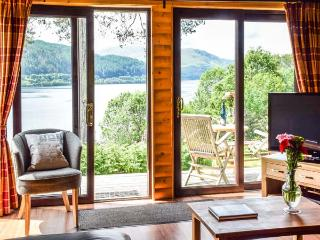 IONA, pet-friendly cabin with wonderful loch views, WiFi, wildlife, Strontian Ref 926248