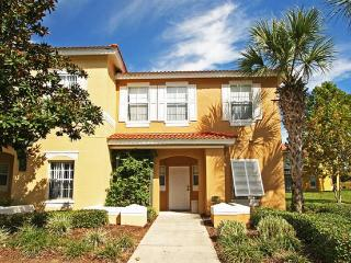 Minutes to Disney, Beautiful 3BR Townhome in EMERALD ISLAND Resort, Kissimmee