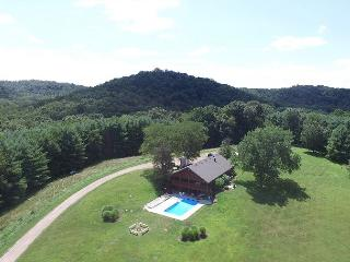 Hocking Hills Hilltop Lodge Rental, Laurelville