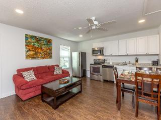 2BR Newly Remodeled Sandcave Apartment - Minutes to the Beach!, Port Aransas