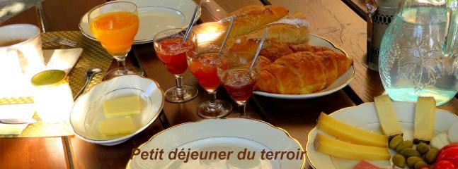 Petit déjeuner du terroir avec les produits locaux. Très copieux!