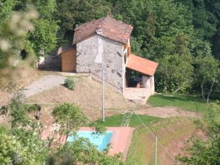La Rocca, rustic holiday villa with large pool, Barga