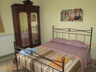 Meravigliosa camera con letti in ferro battuto. Stupenda la vista sui tetti di Gangi e sulle Madonie