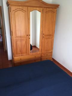 habitación principal armario con espejo