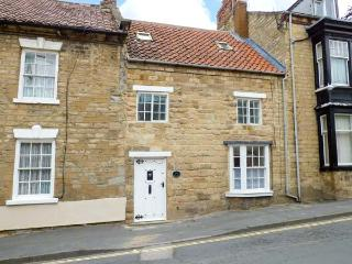 CASTLEGATE COTTAGE, woodburner, walled yard, pet-friendly, WiFi, in Pickering, Ref 921306