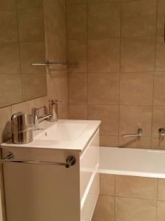 cast iron bath, porcelain sink