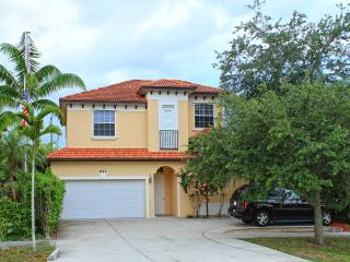 Ritzy Rabbit 5 bed 3+ Baths pool/spa walk to beach, Naples