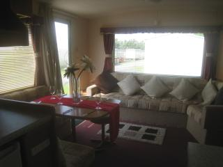LOVELY LIGHT AND AIRY STATIC CARAVAN WITH HEATING