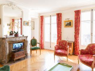 2 bed on rue Lesdiguieres. Spacious and bourgeois 2 bed with balcony in le