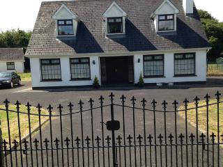 House sleeps 1-8, 10 mins Athlone, 2 mins Hodson Bay Hotel, Lough Ree, Ireland