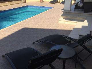 Σύγχρονο ιδιόκτητο βίλα στην Έμπα με πισίνα, Emba