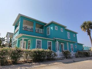 4 bedroom/4 1/2 bath home! In town with 2 community pools!, Port Aransas
