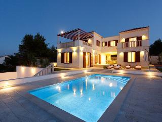 Lux swimming pool villa in Brac for 8 people, Splitska