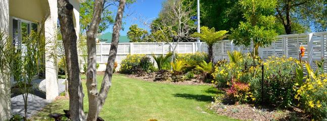 Eight Arches (3 bedroom) + Hideaway (2 bedroom) - Central Nelson Holiday Home!