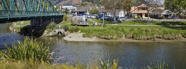 Riverside Villa Holiday Home on the River, Nelson City Centre!
