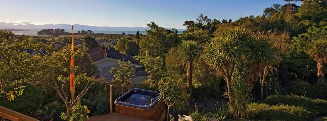 Tahuna Views Holiday Home Nelson - Walk to Beach & Spa Pool!