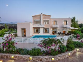Pool Villa Antonios 8km from Beach, Skouloufia